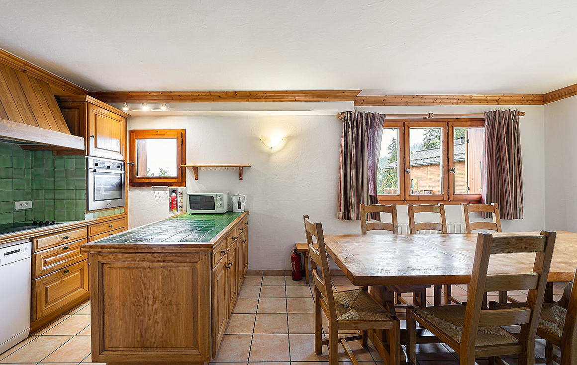 The kitchen and dining area of the chalet