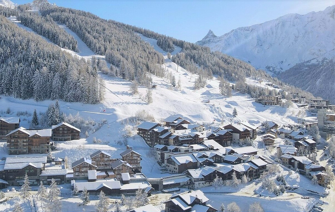 Superb location steps to lifts and piste arrival